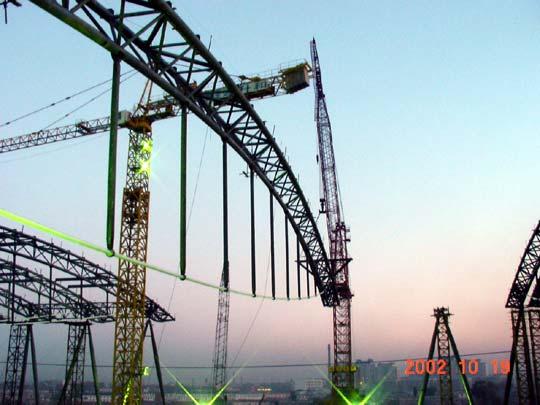 3.施工工艺和技术 目前国内的大跨度空间结构施工工艺,归结起来不外乎分为三大类: 高空分段拼装、滑移、整体提升,我公司在近六年来的工程实践中,结合 每个工程的特点,在原有工艺的基础上大胆创新、有所发展,使每一个大 型工程的施工工艺都作到科学、安全和充分保证质量。因此在以往的几年 中,我公司成功施工了国内多个高难度的大型工程,未出现过一次重大质 量事故,无一例重大伤亡事故。并在此基础上总结了多项技术成果,积累 了丰富设计、施工的经验,形成了包括高空分段拼装;滑移;整体提升; 施工计算机仿真技术;