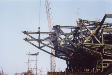 两台行走式塔吊行  走退吊桁架高空拼装